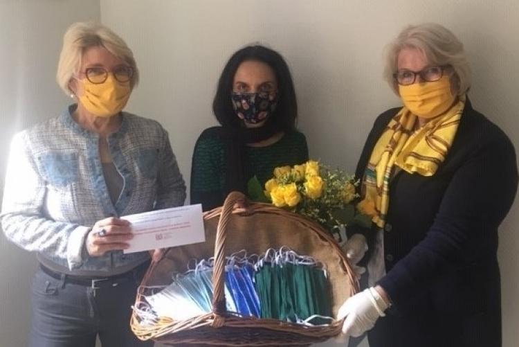 Dr. Karoline Friemann und Dr. Birgit Oschmann vom ZC Bochum übergeben die Masken an Frau Sasse vom Frauenhaus